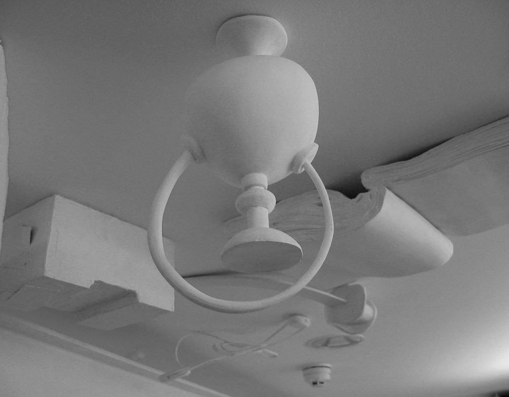 Opera d'arte sensoriale suggestiva, opera d'arte contemporanea dal soffitto, opera d'arte contemporanea impattante, sperimentazioni artistiche alla B#Side Gallery, arte sensoriale, esperienza artistica, esperienza potenziata, esperienza estetica, esperienza spirituale, arte immersa, spazio espositivo, nuove frontiere dell'arte